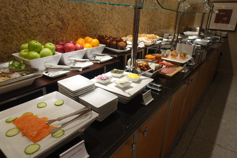 aa flagship lounge chicago breakfast presentation